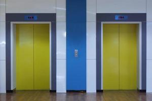 zwei Aufzüge in einer Hotellobby foto