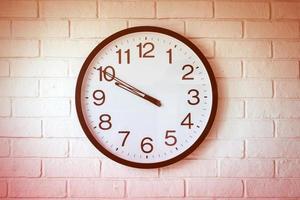 eine Uhr auf der weißen Mauer
