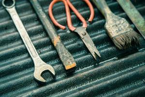 Mechanikerwerkzeuge auf einem schmutzigen Hintergrund eingestellt foto