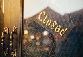 offenes Schild an der Tür des Jeansladens foto