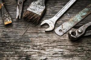Mechanikerwerkzeuge auf schmutzigen hölzernen Hintergrund gesetzt foto