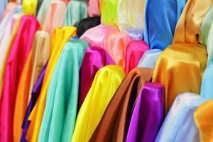 bunt von Satin Stoffrollen in einem Geschäft zum Verkauf in Thailand
