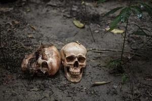 gruselige Schädel auf schmutzigem Boden foto