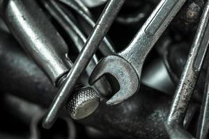 verstreute Schraubenschlüssel und Schraubendreher foto