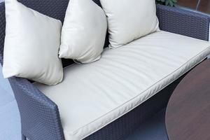 weiße dekorative Kissen auf einem Holzsofa im Wohnzimmer foto