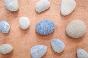 Zen und Spa-Stein auf der Ebene aus Holz mit Kopierfläche foto