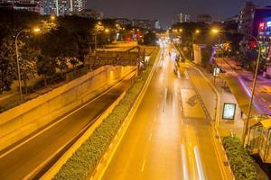 Straße und Gebäude in Singapur in der Nacht
