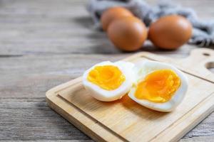 gekochte Eier auf einem Schneidebrett