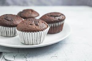 Schokoladenmuffins auf einem Teller foto