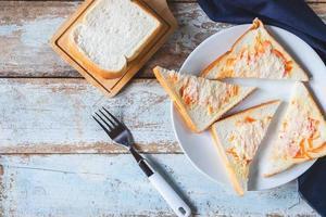 Brotsandwiches auf dem Tisch