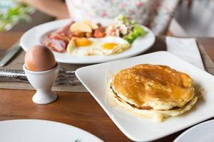 Pfannkuchen, pochierte Eier
