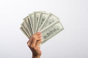 Frauenhand mit Geld lokalisiert auf weißem Hintergrund foto