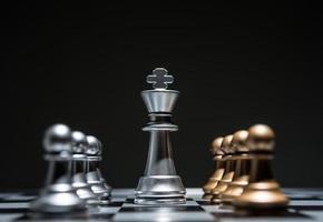 Das Schachbrettspiel beginnt