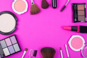 Draufsicht einer Sammlung von kosmetischen Schönheitsprodukten auf einem rosa Hintergrund foto