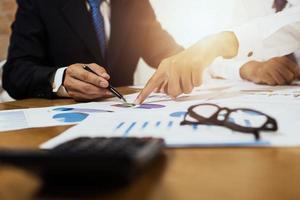 Geschäftsteam diskutiert Finanzdokumente foto