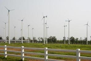 Zaun und Windkraftanlagen
