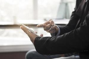 Geschäftsleute diskutieren Finanzen auf einem Tablet foto
