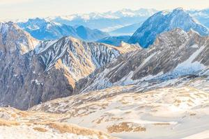 zugspitze gletscherskigebiet in den bayerischen alpen foto