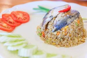 Reis mit gebratenen Makrelen und Gemüse
