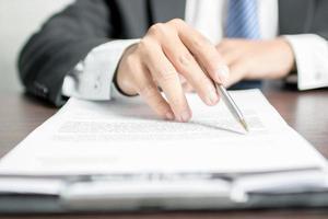 Anwalt oder Geschäftsmann, der Vertrag liest foto