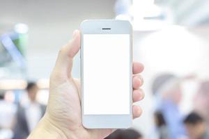 Person, die weißes Handy mit leerem Bildschirm hält