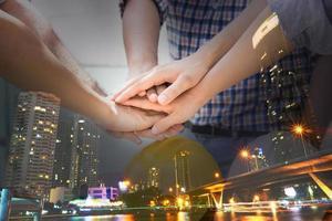 Teamwork-Konzept mit City-Overlay foto