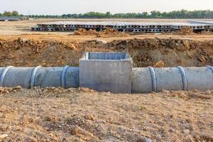 Entwässerungsrohr und Mannloch auf einer Baustelle foto