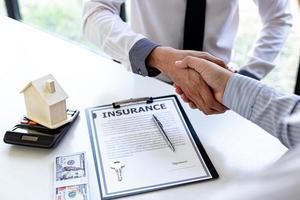 unterschriebener Versicherungsvertrag foto