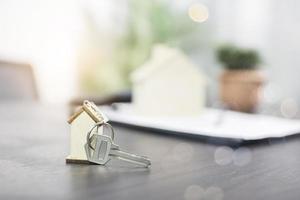 Home-Schlüssel auf dem Tisch foto