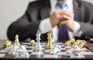 Geschäftsmann spielt Schach foto
