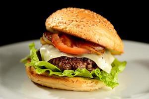Hamburger mit Zwiebeln, Speck und Salat