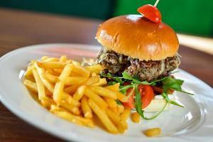 Hamburger und Pommes foto