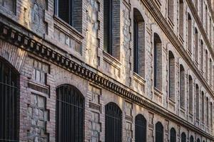 Fensterreihen einer restaurierten Fabrik