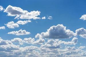Cumuluswolken am Himmel foto
