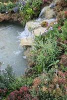 schöner kleiner Wasserfall foto