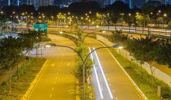 Straße in Singapur in der Nacht