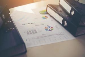 Nahaufnahme von Dokumenten und Geschäftsdiagrammen foto