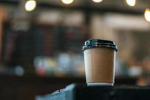 eine Tasse Kaffee auf dem Tisch in einem Geschäft foto