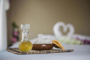 Flasche ätherisches Öl und Wellnessanwendungen foto