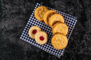 Kekse auf Stoff gelegt, von oben gesehen