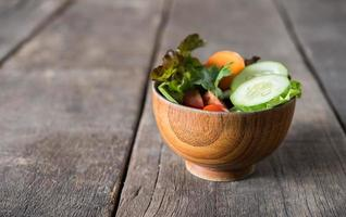 frischer Gemüsesalat auf hölzernem Hintergrund foto