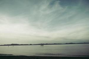 das Meer und der blaue Himmel am Abend foto