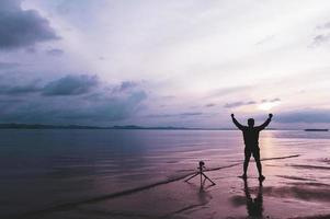 Fotograf mit dem Meer und dem blauen Himmel foto