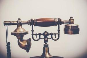 Vintage Telefon auf Holztisch foto