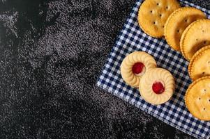 Kekse auf Stoff gelegt