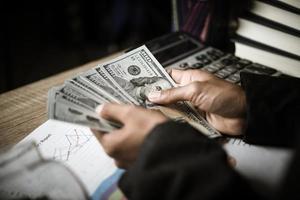 Nahaufnahme der Geschäftsfrau mit Bargeld foto