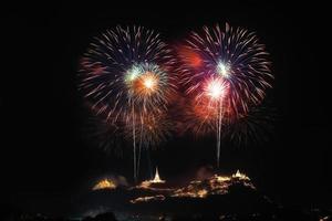 schönes Feuerwerksfest im historischen Park in Khaowang, Provinz Pechaburi, Thailand foto