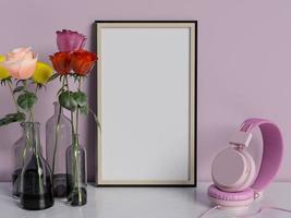 gerahmtes Plakatmodell auf Tisch mit Rosen