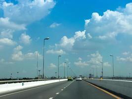Autobahn mit blauem Himmel foto