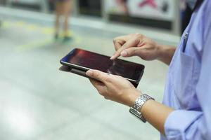 Geschäftsmann, der mit Smartphone oder Tablet arbeitet. Konzept der modernen Technologie, Netzwerkverbindung foto